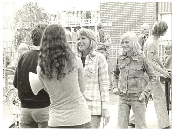 Gårdsfest Sikgatan 1974 träffar ung killar och tjejer.jpg