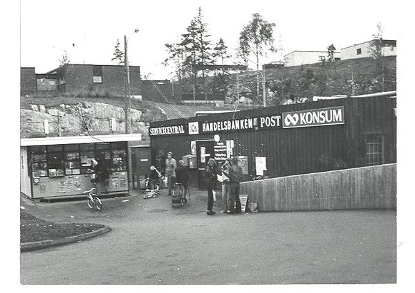 Handel-Provisorisk-affär i Fisksätra Centrum 1973-Maj-Lis wahlst.jpg
