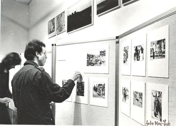 Torkjell sätter upp bilder till utställning på Bibliotek foto Ma.jpg