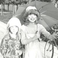 Barn firar Påsk och går mot Fisksätra allé.jpg