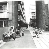 Fisksätra Mörtgatan några familjen som sitter vid tvättstugan.jpg