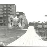Fisksätra monument Arkitekta scultptura av Herlgö Svenstorn 1974.jpg