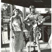 Johan Sundh spelar gitarr på Internationella festen
